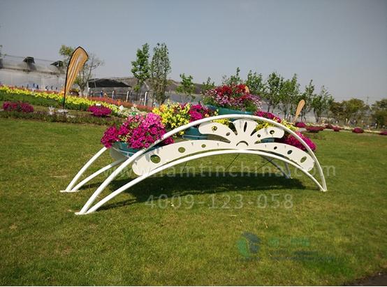 外层的一圈结构是固定与铁艺花架上的